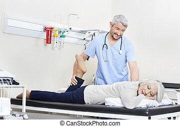 φυσιοθεραπευτής , μερίδα φαγητού , αρχαιότερος , ασθενής , με , πόδι , ασκώ