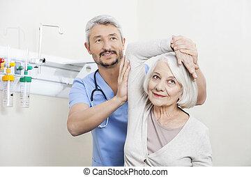 φυσιοθεραπευτής , μερίδα φαγητού , αρχαιότερος , ασθενής , με , χέρι , ασκώ