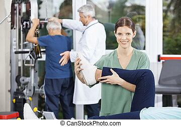 φυσιοθεραπευτής , μερίδα φαγητού , ασθενής , με , πόδι , ασκώ , μέσα , καταλληλότητα , cen