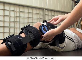 φυσιοθεραπευτής , προσαρμόζω , γόνατο , αναζωογονώ , επάνω , ασθενής , 's, πόδι , για , γόνατο , βλάβη