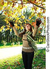 φύλλα , πάρκο , φθινόπωρο , έξω , κορίτσι , παίξιμο , ευτυχισμένος
