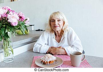 χαμογελαστά , αναπτυγμένος γυναίκα , διάθεση αναμμένος , ένα , τραπέζι