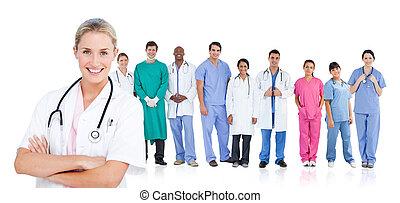 χαμογελαστά , γιατρός , ακάθιστος , in front of , αυτήν , ιατρικός εργάζομαι αρμονικά με , αναμμένος αμυντική γραμμή
