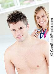 χαμογελαστά , γυναίκα γιατρός , βολιδοσκόπηση , αυτήν , αρσενικό , ασθενής