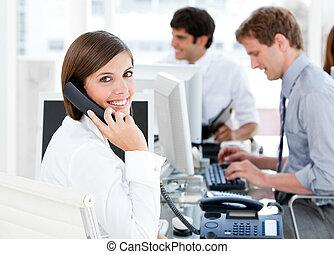 χαμογελαστά , επιχειρηματίαs γυναίκα , αποκαλύπτω αναφορικά σε , ο , τηλέφωνο