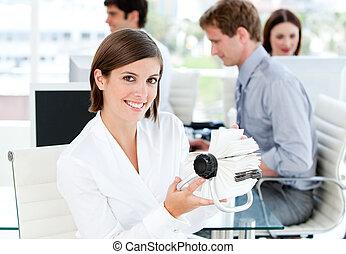 χαμογελαστά , επιχειρηματίαs γυναίκα , κράτημα , ένα , μαλακή τροφή