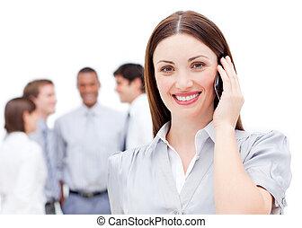 χαμογελαστά , επιχειρηματίαs γυναίκα , χρησιμοποιώνταs , ένα , ευκίνητος τηλέφωνο