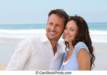 χαμογελαστά , ζευγάρι , αναμμένος άδεια , εις άρθρο ακρογιαλιά