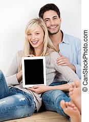 χαμογελαστά , ζευγάρι , δείχνω , ένα , tablet-pc, οθόνη