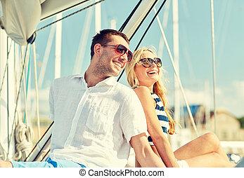χαμογελαστά , ζευγάρι , κάθονται , επάνω , γιώτ , κατάστρωμα