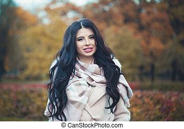 χαμογελαστά , μελαχροινή , πάρκο , φθινόπωρο , γυναίκα δεσποινάριο , outdoors., ευτυχισμένος