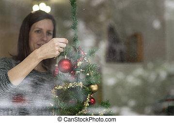 χαμογελαστά , νέα γυναίκα , βάφω διακοπές χριστουγέννων αγχόνη