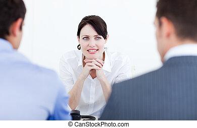 χαμογελαστά , συνάντηση , επιχειρηματίαs γυναίκα