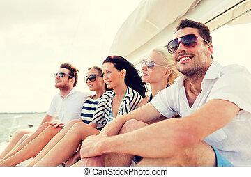 χαμογελαστά , φίλοι , κάθονται , επάνω , γιώτ , κατάστρωμα