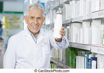 χαμογελαστά , φαρμακοποιός , κράτημα , σαμπουάν , μπουκάλι , μέσα , φαρμακευτική