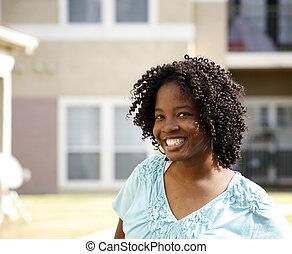 χαμογελαστά , african-american δεσποινάριο
