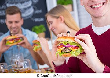 χαμογελαστά , cheeseburger , άντραs
