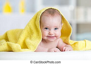 χαριτωμένος , κάνοντας μπάνιο , μετά , μπόρα , μωρό , χαμογελαστά , ή