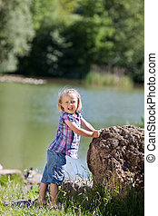 χαριτωμένος , μικρός , άκρη , λίμνη , κορίτσι