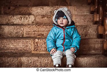 χαριτωμένος , μικρός , κάθονται , σκάλεs , αγόρι