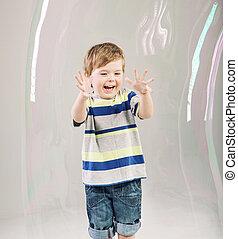 χαριτωμένος , μικρός , κάνω μαλαγανιές αφρίζω , παίξιμο , παιδί