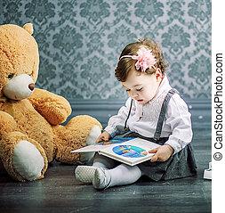χαριτωμένος , μικρός , πάτωμα , κάθονται , βιβλίο , δεσποινάριο ανάγνωση