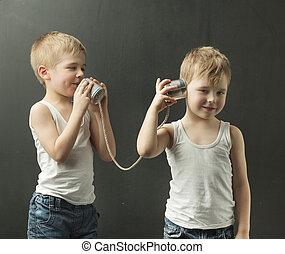 χαριτωμένος , μικρός , παιχνίδι , αδέλφια , τηλέφωνο , λόγια