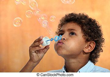χαριτωμένος , μικρός , φυσώντας , αγόρι , αφρίζω , mixed-race , σαπούνι