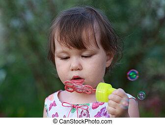 χαριτωμένος , μικρός , φύσηξα κάνω μαλαγανιές αφρίζω , κορίτσι