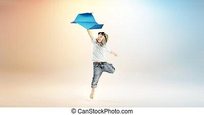 χαριτωμένος , μικρό αγόρι , ιπτάμενος , αεροπλάνο , χαρτί