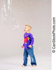χαριτωμένος , μικρό αγόρι , κάνω μαλαγανιές αφρίζω , παίξιμο