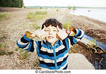 χαριτωμένος , μικρό αγόρι , λίμνη , πάνω , ακτή , καλοκαίρι , αντίστοιχος δάκτυλος ζώου , vacati , χαμογελαστά