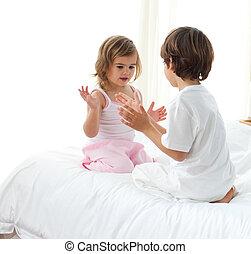 χαριτωμένος , παίξιμο , κρεβάτι , αδελφός ή αδελφή