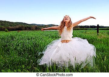 χαριτωμένος , όπλα , πράσινο , field., κορίτσι , γρασίδι , ανοίγω