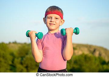 χαριτωμένος , dumbbells , αγόρι , αθλητικός , δυο , μικρό , ανέβασμα
