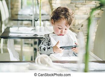 χαριτωμένος , smartphone, παιγνίδια , παίξιμο , παιδί