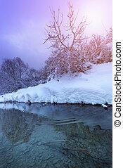 χειμερινός γραφική εξοχική έκταση , από , ένα , ποτάμι , μέσα , ο , ηλιοβασίλεμα