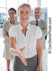 χειραψία , συνάδελφος , χαμογελαστά , χορήγηση , πίσω , επιχειρηματίαs γυναίκα