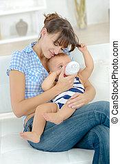 χορήγηση , μωρό , κάποια , γάλα