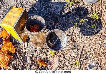 χρήση , προετοιμάζω , beekeeper , καπνιστής , κυψέλη , μελισσοκόμος