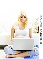 χρησιμοποιώνταs , γυναίκα , ηλεκτρονικός υπολογιστής , νέος , σπίτι