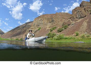 ψάρεμα , μέσα , ένα , είδος ξύλινης βάρκας , με , βουνά , και , όμορφος , τοπίο