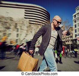 ψώνια , άντραs , τσάντα , βιασύνη , μεσήλικας