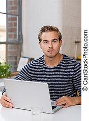 ωραία , νέοs άντραs , δούλεμα αναμμένος , ένα , laptop