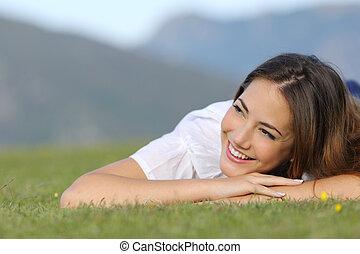 όμορφη , αίσιος γυναίκα , σκεπτόμενος , αναμμένος άρθρο αγρωστίδες , και , looking at , πλευρά