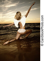 όμορφος , άγγελος , μέσα , νερό , σε , ηλιοβασίλεμα , (toned, μέσα , sepia)