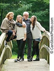 όμορφος , ακάθιστος , οικογένεια , γέφυρα , μαζί , δασάκι , ευτυχισμένος
