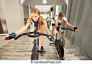 όμορφος , γυμναστήριο , γυναίκα ακολουθώ κυκλική πορεία , άντραs