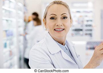 όμορφος , γυναίκα , φαρμακοποιός , εργαζόμενος , μέσα , φαρμακείο