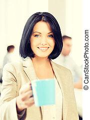 όμορφος , επιχειρηματίαs γυναίκα , φλιτζάνι του καφέ
